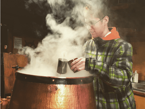 Pouring some glogg